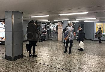 Berlin  Deutschland  Auswirkungen des Coronavirus: Menschen warten in grossem Abstand zueinander auf die Oeffnung einer Drogerie