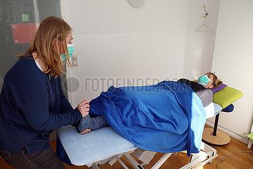 Berlin  Deutschland  medizinisch dringend notwendige Physiotherapie wird trotz Kontaktverbot in Zeiten der Corona-Krise unter Beachtung der Hygienemassnahmen durchgefuehrt