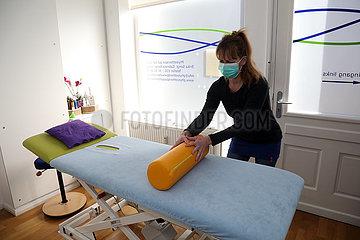 Berlin  Deutschland  Physiotherapeutin bereitet trotz Kontaktverbot aufgrund der Corona-Krise eine Behandlung unter Beachtung der Hygienemassnahmen vor