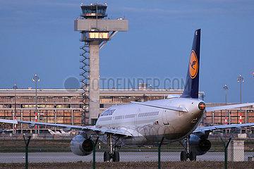 Schoenefeld  Deutschland  Flugzeug der Lufthansa steht auf einem Vorfeld des Flughafen Berlin-Brandenburg International