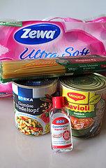 Berlin  Deutschland  Toilettenpapier  Konserven  Spaghetti und Desinfektionsgel