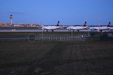 Schoenefeld  Deutschland  Blick auf den Terminal des Flughafen Berlin-Brandenburg International bei Daemmerung