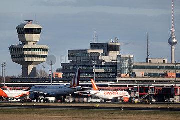 Berlin  Deutschland  Flugzeuge der easyjet und der germanwings am Terminal des Flughafen Berlin-Tegel. Im Hintergrund ist der Berliner Fernsehturm zu sehen