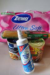 Berlin  Deutschland  Toilettenpapier  Konserven  Spaghetti und Hygienespray