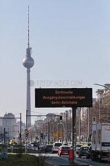 Berlin  Deutschland  Hinweis auf die berlinweiten Ausgangsbeschraenkungen auf der Frankfurter Allee