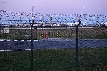 Schoenefeld  Deutschland  Sicherungszaun mit Rollstacheldraht am Flughafen Berlin-Brandenburg International