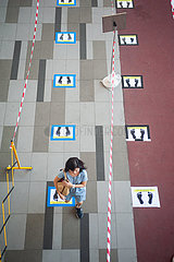 Singapur  Republik Singapur  Social Distancing und Absperrung an Ausgabestelle fuer Desinfektionsmittel
