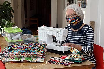 Berlin  Deutschland  Rentnerin naeht aufgrund der Lieferengpaesse in Zeiten der Corona-Krise in ihrem Wohnzimmer Mundschutze aus Stoff