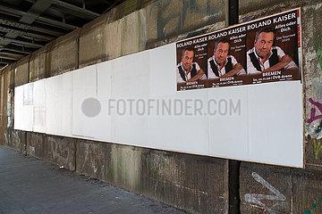 Deutschland  Bremen - weiss ueberklebte Plakat von wegen Corona abgesagten Konzerten  uebrig geblieben ein Termin im November