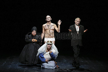 Berliner Ensemble DER KAUKASISCHE KREIDEKREIS