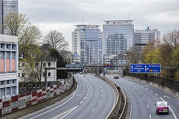 Coronakrise  wenig Verkehr auf der Autobahn A40  Essen  Ruhrgebiet  Nordrhein-Westfalen  Deutschland