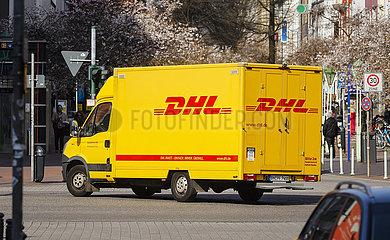 DHL Zustellfahrzeug  Ruettenscheider Strasse  Einkaufsstrasse in Essen Ruettenscheid  Essen  Ruhrgebiet  Nordrhein-Westfalen  Deutschland