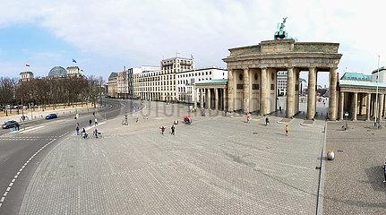 Berlin  Deutschland  Platz des 18. Maerz mit Blick auf das Brandenburger Tor (rechts) und das Reichstagsgebaeude