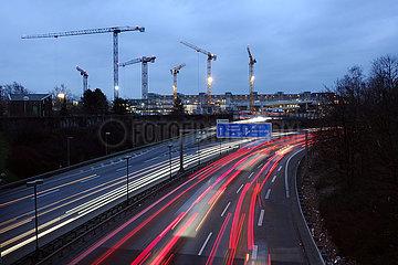 Berlin  Deutschland  Blick auf die A100 und die Baustelle am Hildegard-Knef-Platz bei Daemmerung