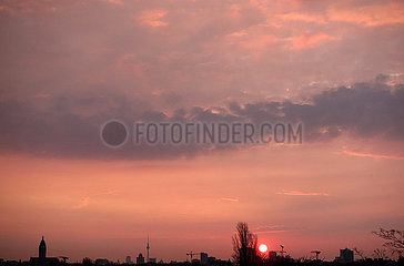 Berlin  Deutschland  Sonnenaufgang ueber der Stadt