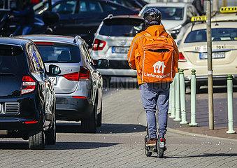 Lieferando Kurierfahrer unterwegs mit einem E-Roller  Essen  Ruhrgebiet  Nordrhein-Westfalen  Deutschland