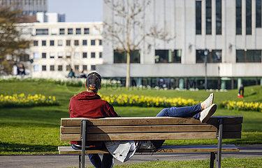 Freizeit im Park zu Zeiten der Coronakrise  Essen  Ruhrgebiet  Nordrhein-Westfalen  Deutschland