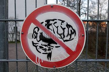 Berlin  Deutschland  Schild - Gehirn verboten - haengt an einem Schulzaun