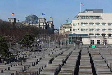 Berlin  Deutschland  Blick auf das Holocaust-Mahnmal vor der Amerikanischen Botschaft und das Reichstagsgebaeude (links)