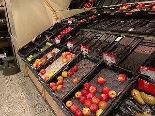 Fast ausverkauftes Obst im Supermarkt