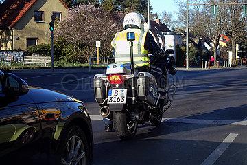 Berlin  Deutschland  Polizist auf einem Motorrad im Einsatz