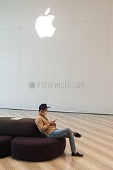 Singapur  Republik Singapur  Mann mit Mundschutz vor Apple Store am Flughafen Changi
