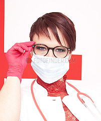 Frau mit Atemschutzmaske  gestellte Szene