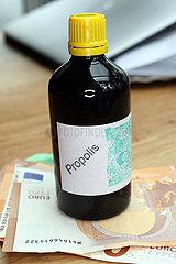 Berlin  Deutschland  Flasche mit Propolisloesung steht auf Euroscheinen