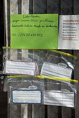 Berlin  Deutschland  Mundschutze aus Baumwolle werden in einem Schaufenster zum Verkauf angeboten