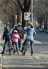 Berlin  Deutschland  Familie macht einen Fahrradausflug