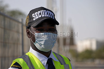 Doha  Katar  Mitarbeiter des Wachschutzes traegt einen Mund-Nasen-Schutz
