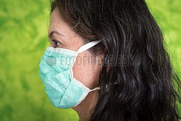 Frau mit OP-Atemschutzmaske