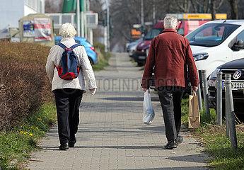 Berlin  Deutschland  Ehepaar haelt in Zeiten der Coronakrise auf der Strasse Abstand zueinander