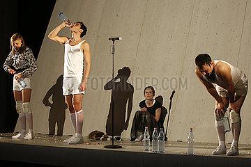 Maxim Gorki Theater Berlin JURISTISCHE UNSCHAERFE