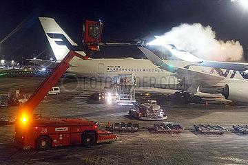 Vantaa  Finnland  Airbus A350 der Fluggesellschaft Finnair wird bei Nacht am Helsinki Airport enteist