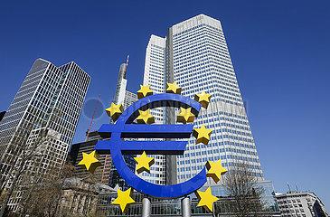 Euro-Skulptur vor dem Eurotower im Frankfurter Bankenviertel  Frankfurt am Main  Hessen  Deutschland