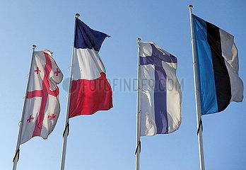 Berlin  Deutschland  Nationalfahnen von Georgien  Frankreich  Finnland und Estland