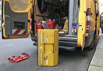 Berlin  Deutschland  ausrangierter alter Postbriefkasten steht vor einem Servicefahrzeug der Deutschen Post AG