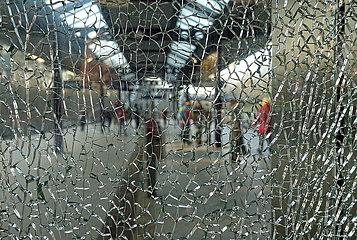 Berlin  Deutschland  gesprungene Glasscheibe in einem Aufzug auf dem S-Bahnhof Messe Sued