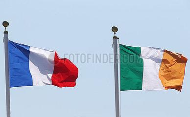 Hongkong  China  Nationalfahnen von Frankreich (links) und der Republik Irland