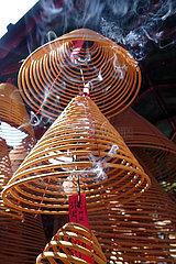 Macau  China  angezuendete Weihrauchspulen im A-Ma Tempel