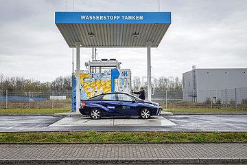 Wasserstoffauto tankt H2 Wasserstoff an einer H2 Wasserstofftankstelle  Herten  Ruhrgebiet  Nordrhein-Westfalen  Deutschland