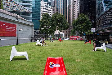 Singapur  Republik Singapur  Menschen sitzen im Geschaeftsviertel raeumlich voneinander getrennt