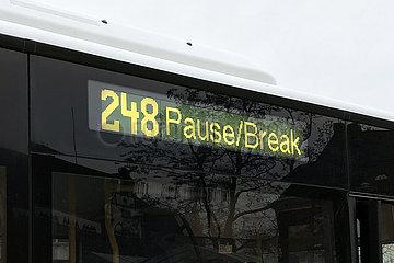 Berlin  Deutschland  Pausenanzeige an einem Linienbus der BVG