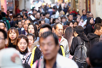 Macau  China  Menschenmenge in der Innenstadt