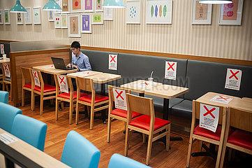 Singapur  Republik Singapur  Safe Distancing Massnahmen durch markierte Bereiche in einem Restaurant