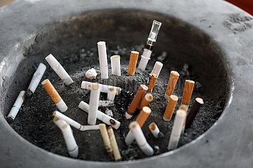 Hongkong  China  Zigarettenstummel in einem Aschenbecher