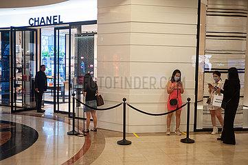 Singapur  Republik Singapur  Frauen mit Mundschutz vor Chanel Geschaeft im Takashimaya Einkaufszentrum