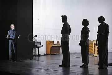 Deutsches Theater Berlin DER MENSCH ERSCHEINT IM HOLOZAEN