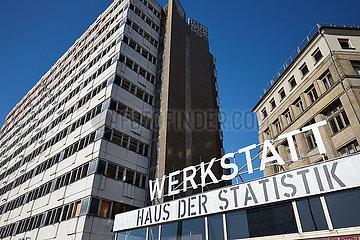 Berlin  Deutschland - Ehemaliges Haus der Statistik und die Werkstatt des Bauprojektes.